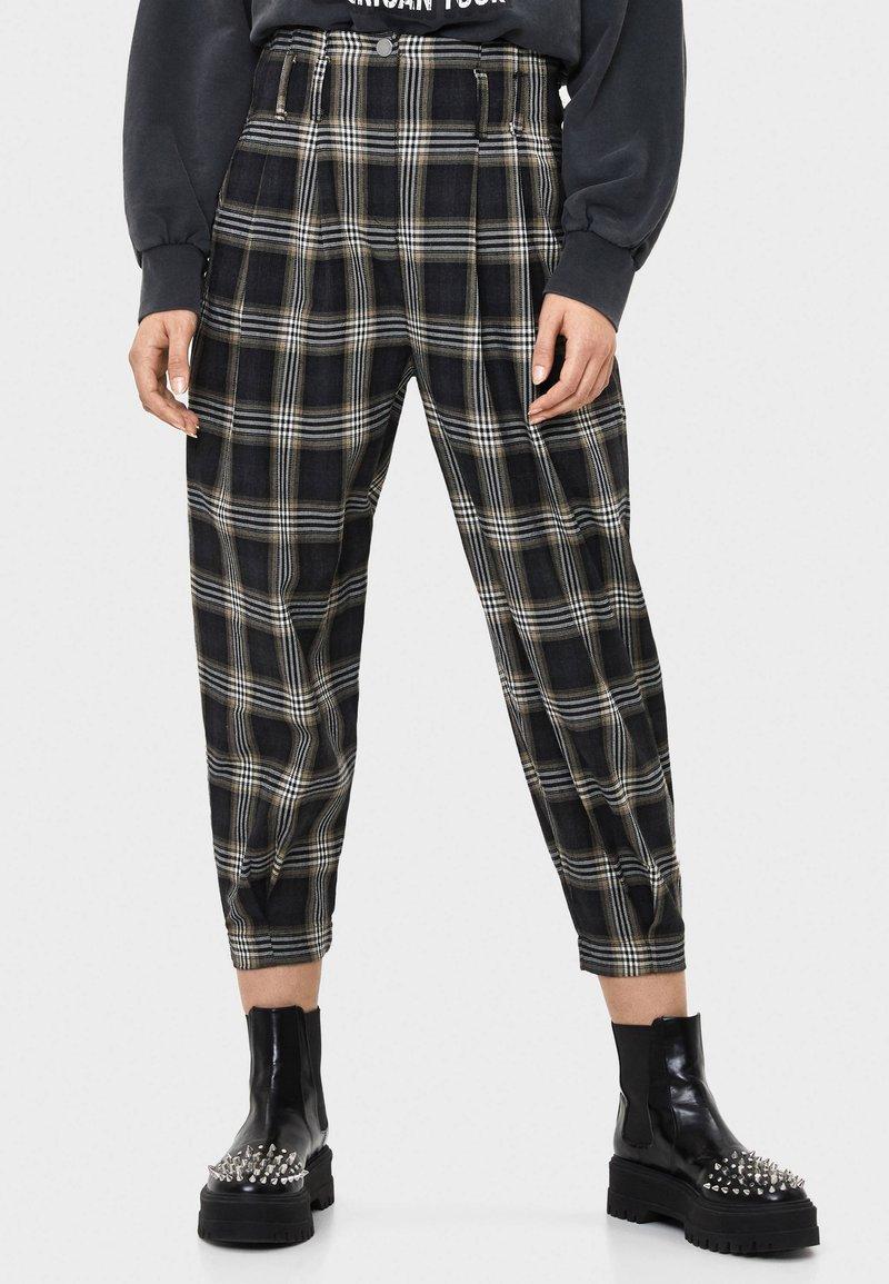 Bershka - KARIERTE - Spodnie materiałowe - black