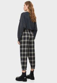 Bershka - KARIERTE - Spodnie materiałowe - black - 2