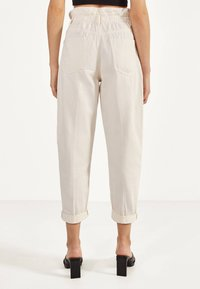 Bershka - MIT STRETCHBUND  - Trousers - beige - 2