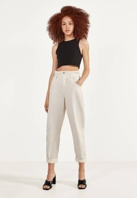 Bershka - MIT STRETCHBUND  - Trousers - beige - 1