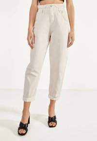 Bershka - MIT STRETCHBUND  - Trousers - beige - 0