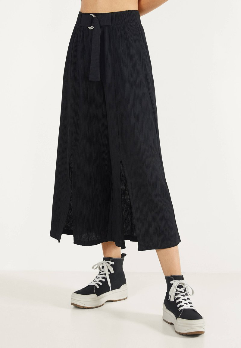 Bershka - MIT WEITEM BEIN - Pantalon classique - black