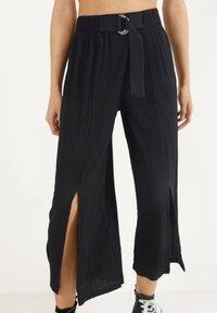 Bershka - MIT WEITEM BEIN - Pantalon classique - black - 3