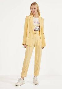 Bershka - Spodnie materiałowe - mustard yellow - 1