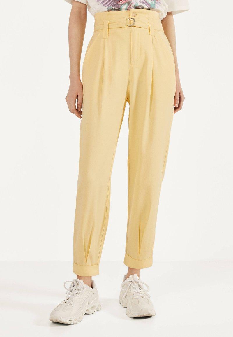 Bershka - Spodnie materiałowe - mustard yellow