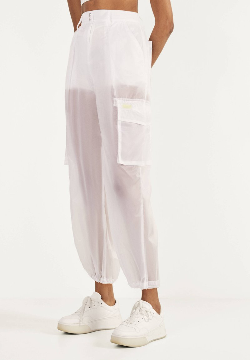 Bershka - TRANSPARENTE - Trousers - white