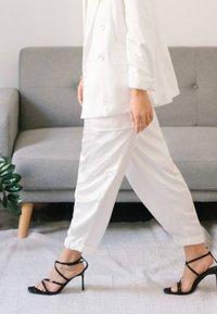 Bershka - SATINIERTE - Pantalon classique - white - 3