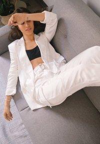 Bershka - SATINIERTE - Pantalon classique - white - 2