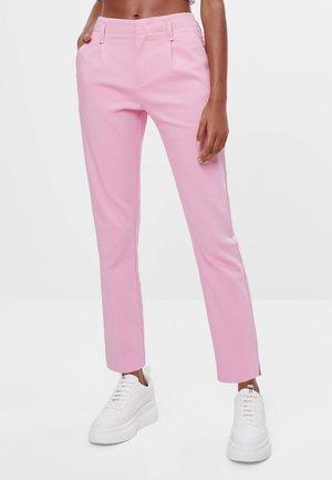 MIT BUNDFALTEN - Chinos - pink