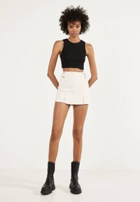Bershka - MIT SCHNALLEN  - Shorts - white - 1