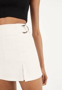 Bershka - MIT SCHNALLEN  - Shorts - white - 3
