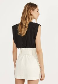 Bershka - MIT GÜRTEL  - A-line skirt - white - 2