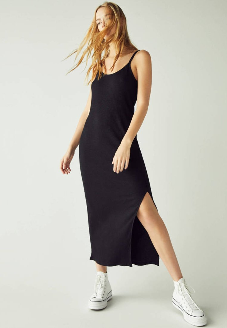 Bershka - MIT SEITLICHEM SCHLITZ - Maxi dress - black