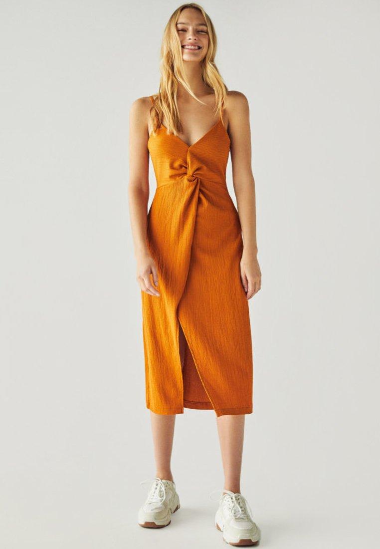 Bershka - MIT TRÄGERN UND ZIERKNOTEN  - Korte jurk - brown
