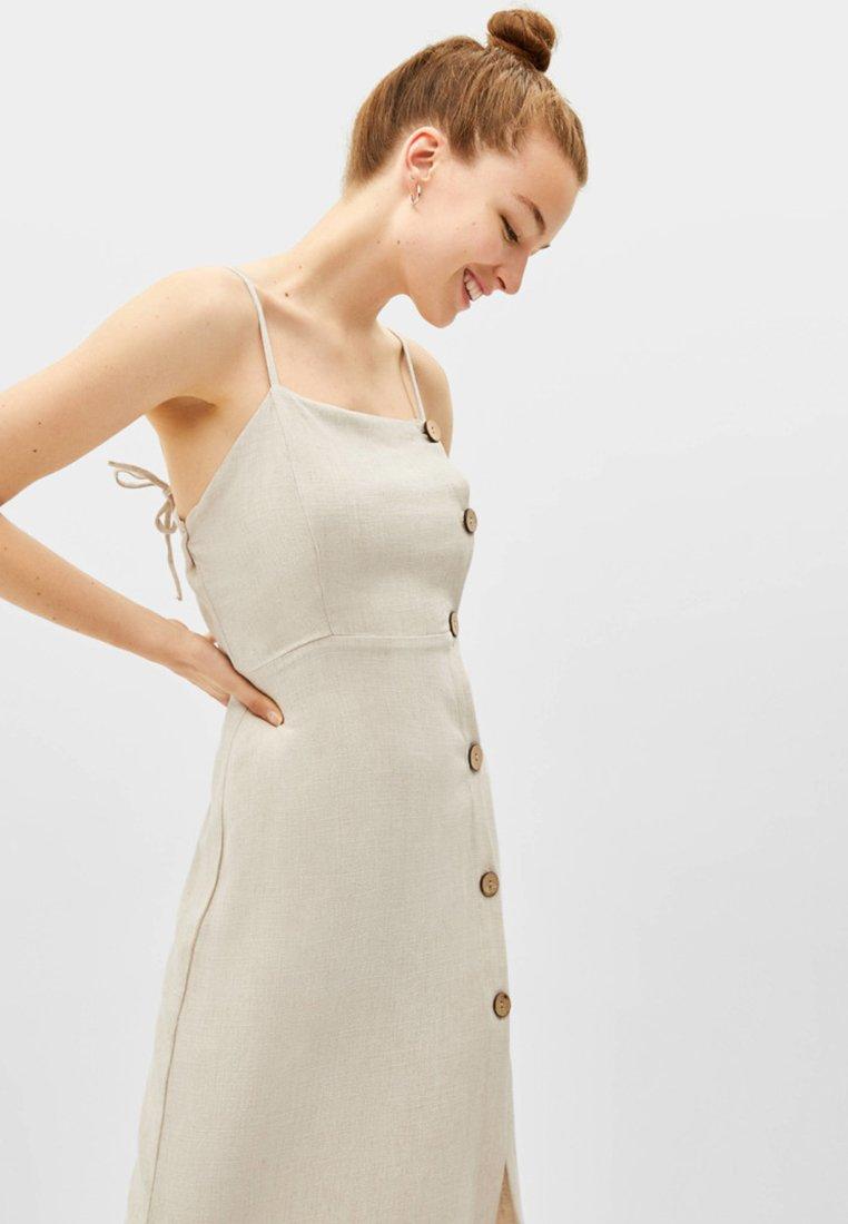 Bershka - MIT KNÖPFEN  - Vapaa-ajan mekko - beige
