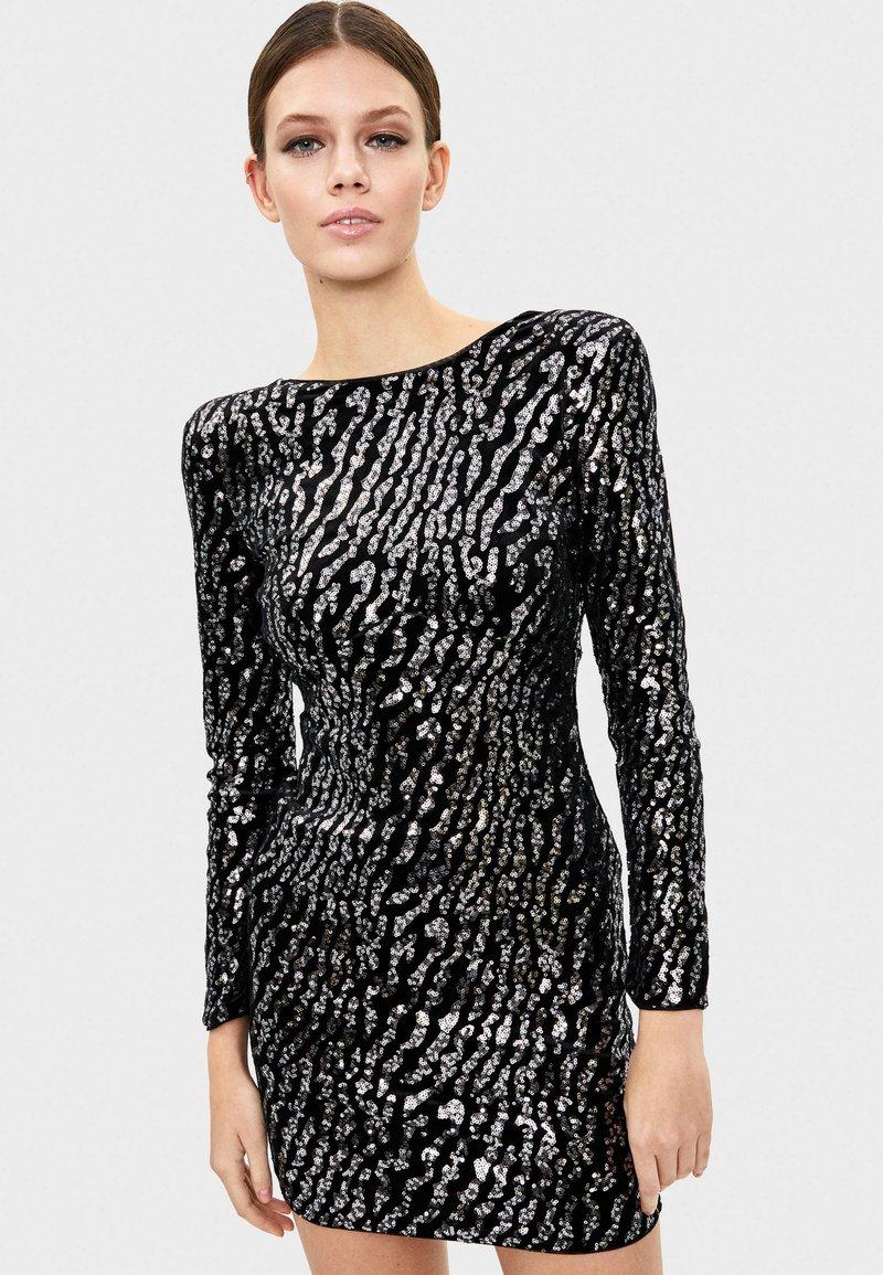 Bershka - MIT PAILLETTEN UND SAMT - Sukienka koktajlowa - silver