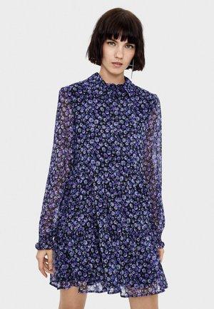MIT BLUMENPRINT - Robe chemise - mauve