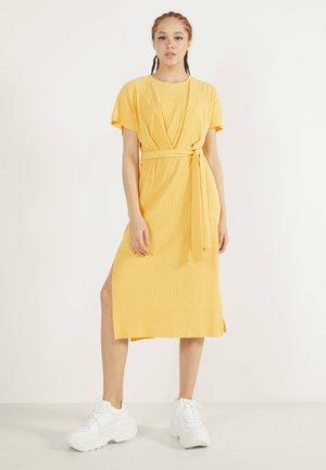 MIT GÜRTEL  - Korte jurk - mustard yellow