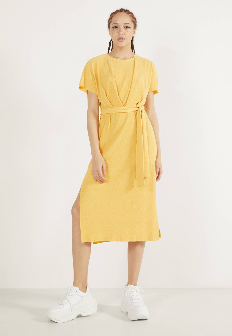 Bershka - MIT GÜRTEL  - Day dress - mustard yellow