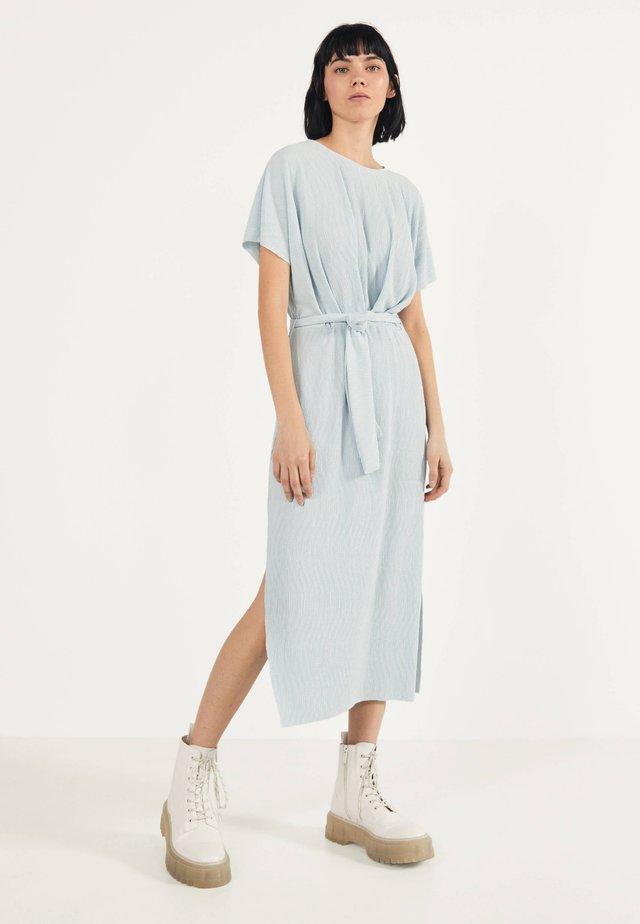 MIT GÜRTEL  - Korte jurk - light blue