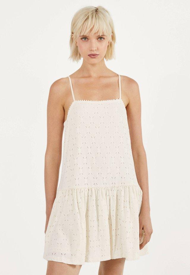 MIT SCHWEIZER STICKEREI  - Korte jurk - white
