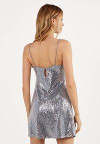 Bershka - MIT GLITZER 00463810 - Sukienka koktajlowa - silver - 2