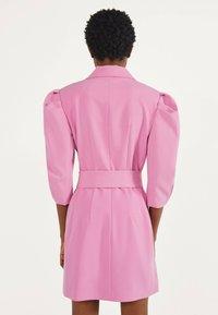 Bershka - MIT BALLONÄRMELN - Robe chemise - pink - 2