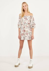 Bershka - MIT BLUMENPRINT  - Day dress - white - 1