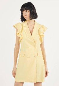 Bershka - MIT VOLANTS 02867168 - Robe d'été - yellow - 0