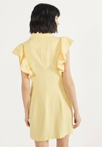 Bershka - MIT VOLANTS 02867168 - Robe d'été - yellow - 2