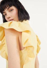 Bershka - MIT VOLANTS 02867168 - Robe d'été - yellow - 3