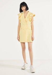 Bershka - MIT VOLANTS 02867168 - Robe d'été - yellow - 1