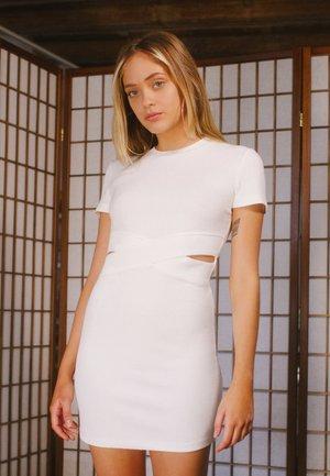 MIT SCHLITZEN  - Pouzdrové šaty - white