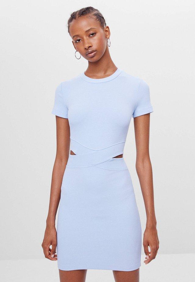 MIT SCHLITZEN  - Sukienka etui - light blue