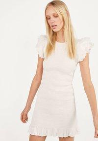 Bershka - MIT STICKEREI UND VOLANTS - Shift dress - white - 0