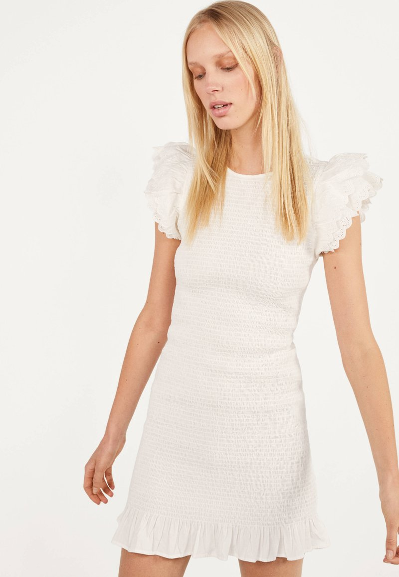 Bershka - MIT STICKEREI UND VOLANTS - Shift dress - white