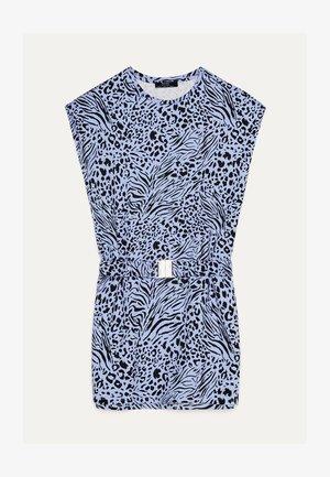 MIT SCHULTERPOLSTERN UND GÜRTEL - Jersey dress - light blue