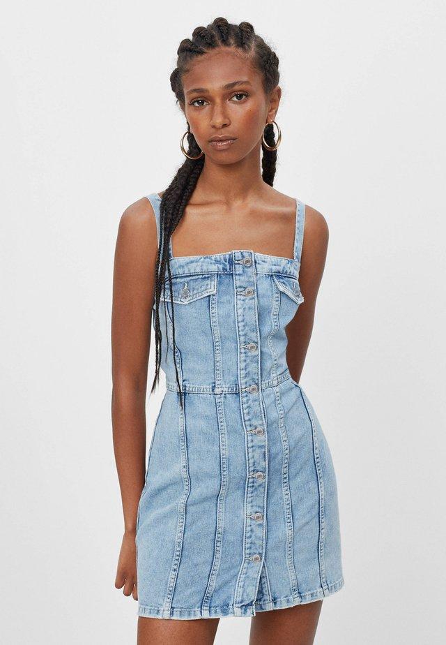 MIT KNÖPFEN  - Sukienka jeansowa - blue denim