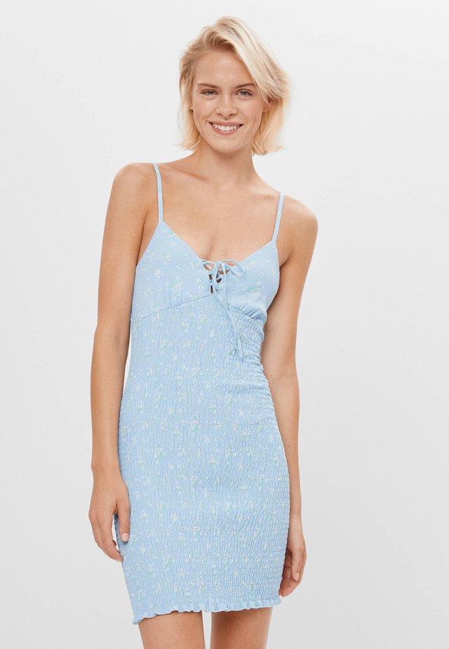 GESMOKTES MIT SCHLEIFE - Sukienka dzianinowa - light blue
