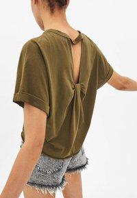Bershka - T-shirt med print - khaki - 2