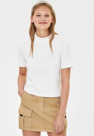 MIT GERIPPTEM STEHKRAGEN - T-shirt basique - white