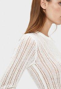 Bershka - MIT GERIPPTEM STEHKRAGEN - Maglione - white - 3