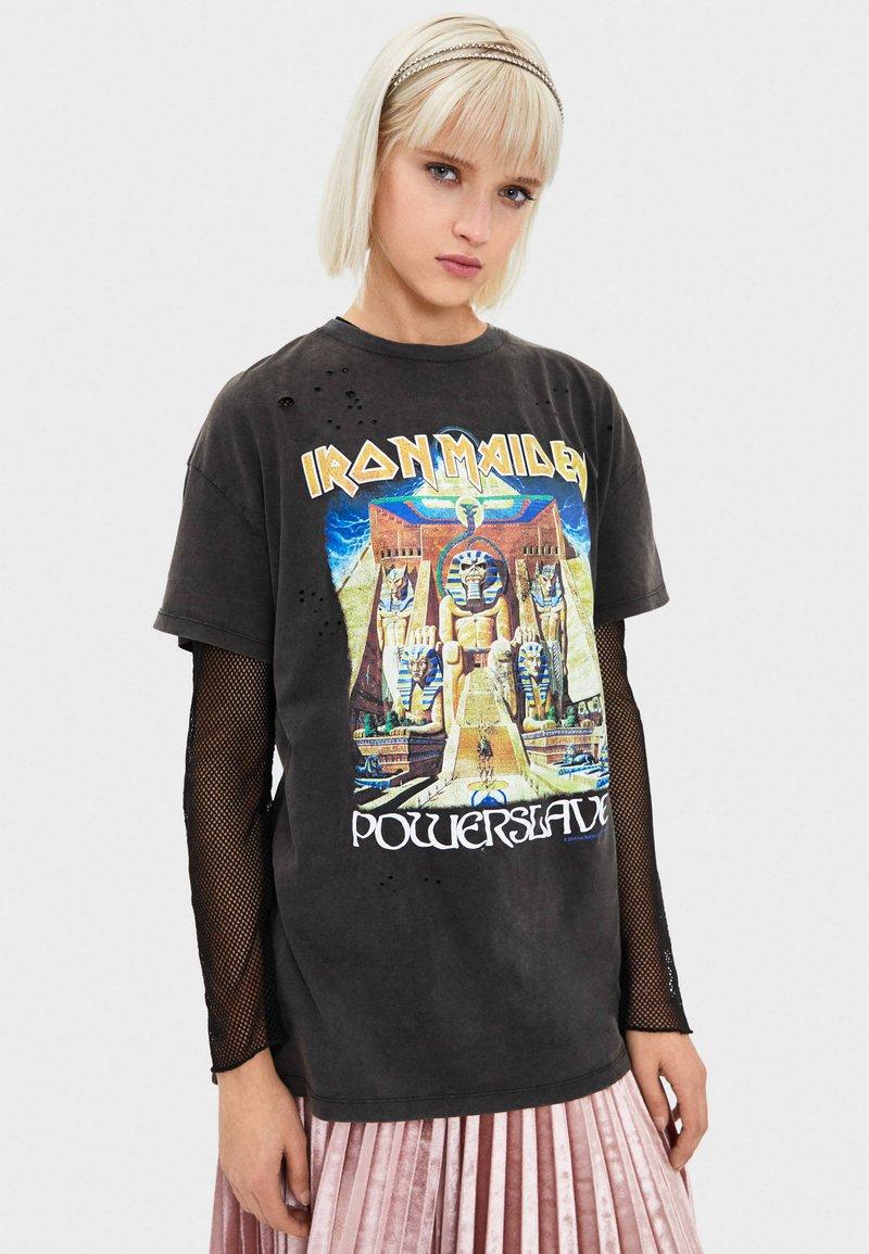 Bershka - IRON MAIDEN - T-shirt z nadrukiem - black
