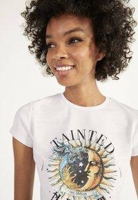 Bershka - T-shirt con stampa - white - 3