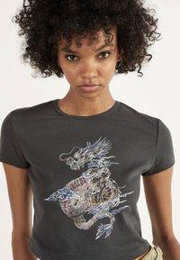 Bershka - T-shirt z nadrukiem - grey - 3