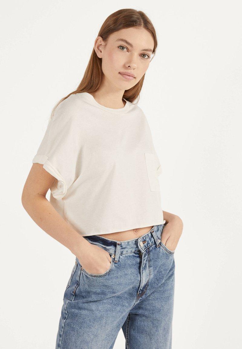 Bershka - MIT TASCHE - T-shirt imprimé - white