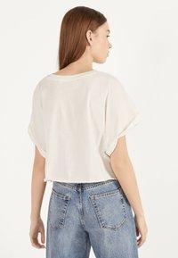 Bershka - MIT TASCHE - T-shirt imprimé - white - 2