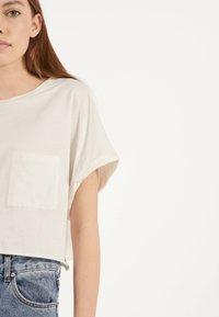 Bershka - MIT TASCHE - T-shirt imprimé - white - 3