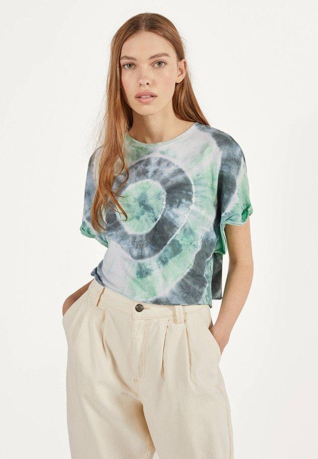 MIT TASCHE - T-shirt con stampa - green