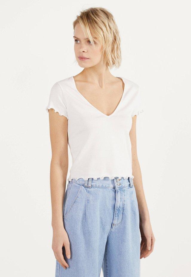 MIT V-AUSSCHNITT  - T-shirt med print - white